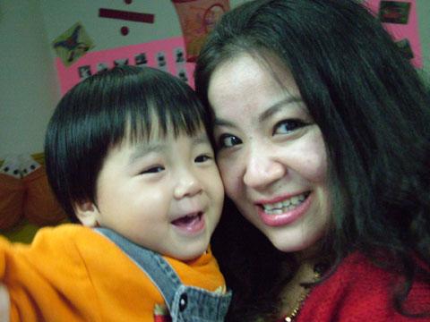 王雅赟老师与这个可爱的小女孩相依而笑